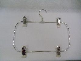 Metalowy chromowany wieszak długość 19cm x 16cm z 4 klipsami.